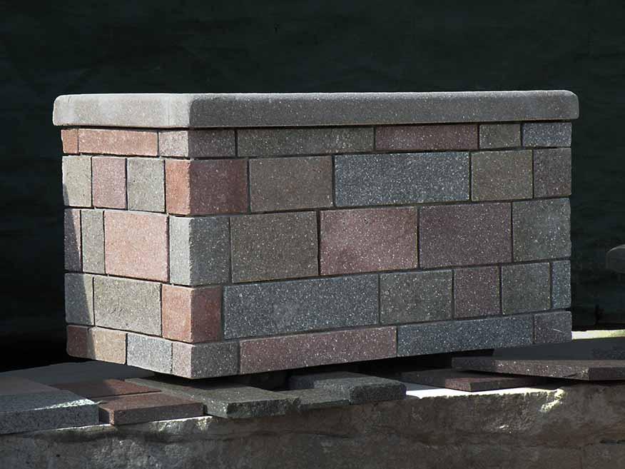 Fioriera in cemento rivestita in porfido Pietracrea