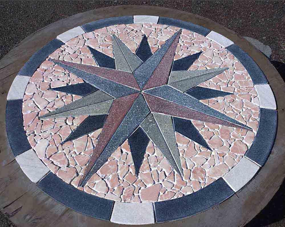 Rosa dei venti a 16 punte in porfido ed altre pietre di Pietracrea