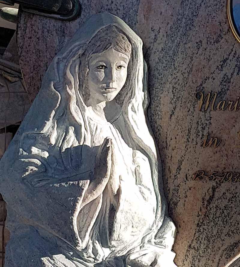 Scultura in pietra di una Madonnina